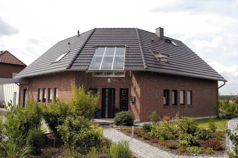 дом с крышей из Немецкая керамическая клинкерная черепица NELSKAMP G10 altschwarz engobiert №32